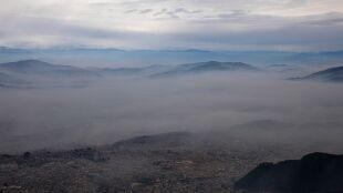 """""""Nad miastem wisi gęsty koc smogu"""". Zanieczyszczone powietrze w Katmandu"""