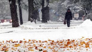 Dwie ofiary śmiertelne, tysiące ludzi bez prądu, paraliż na drogach. Atak zimy w Polsce