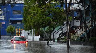 Samochody pod wodą w Brisbane w Australii (PAP/EPA/DARREN ENGLAND)
